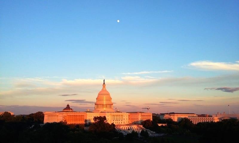 25a3a7cca O conhecido prédio do Congresso dos EUA está localizado em uma das  extremidades do National Mall. Ele marca a paisagem da cidade por causa do  seu imponente ...