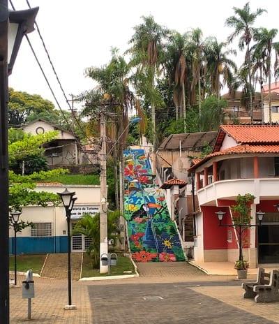 978bebc8a A via é uma bela alameda florida cheia de banquinhos nas calçadas e repleta  de lojas, ...